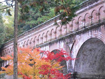 紅葉と水路閣