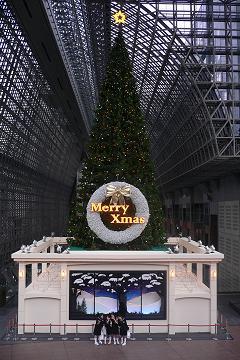 """駅ビルのクリスマスツリーの写真"""""""