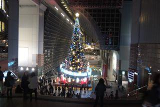 駅ビルのXmas treeの写真